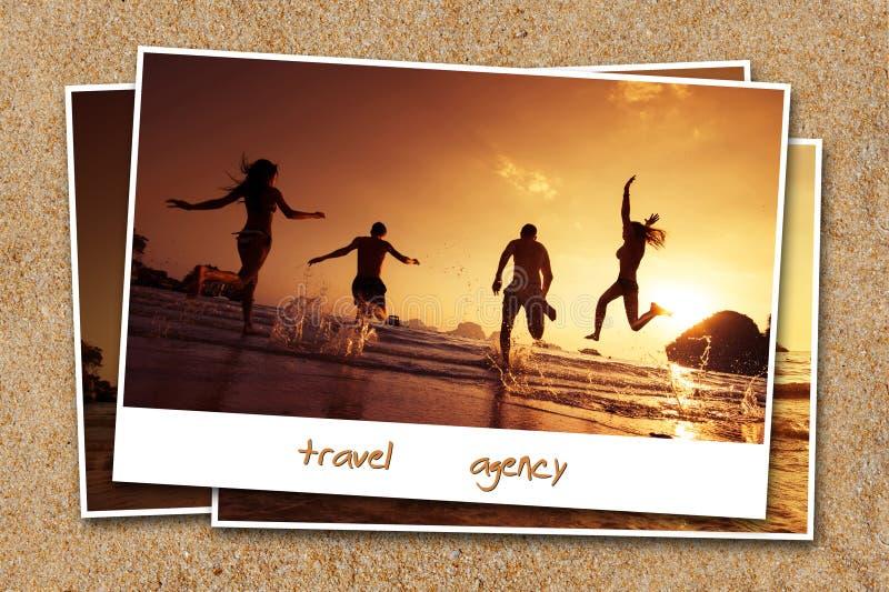 Podróż przyjaciół fotografii pojęcia piaska tła plażowa woda zdjęcia royalty free