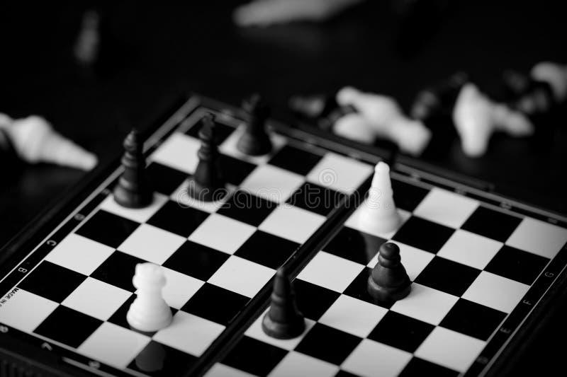 Podr?? szachy na ciemnym tle czarny white fotografia royalty free