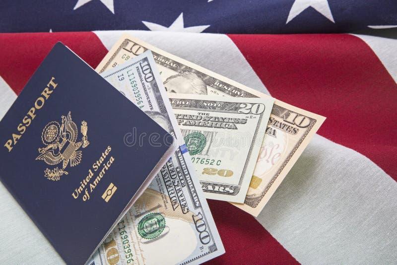 Podróż usa waluty rachunków paszporta USA flaga sukces zdjęcia stock