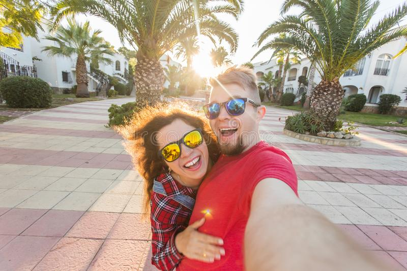 Podróż, wakacje i ludzie pojęć, - Szczęśliwa para małżeńska bierze selfie na wakacje obrazy stock