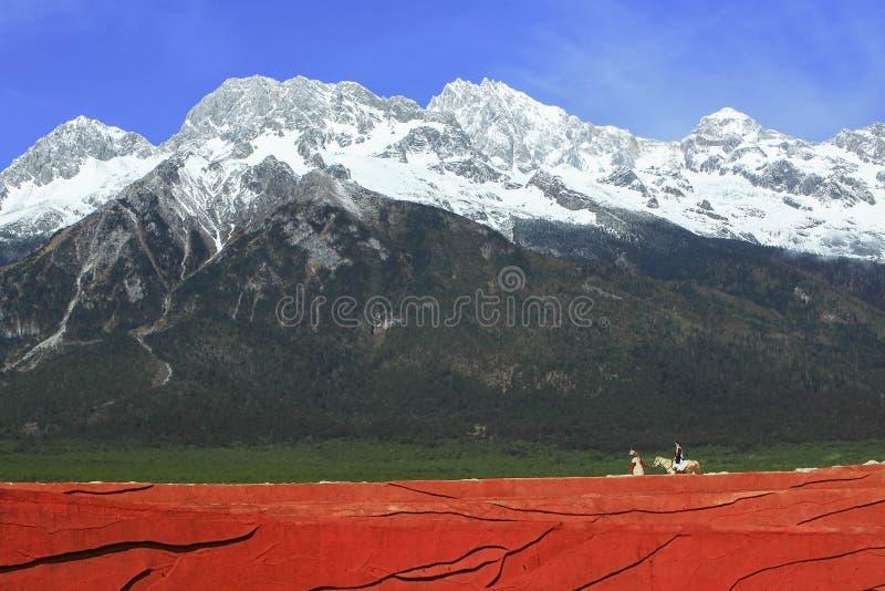 Podróż wokoło chabeta smoka śniegu góry zdjęcia stock