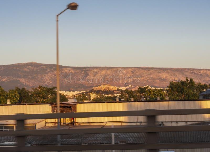 Podróż wzdłuż E75 w Środkowym Grecja wśród miasta Ateny z widokiem od daleko akropol przy zmierzchem obrazy stock