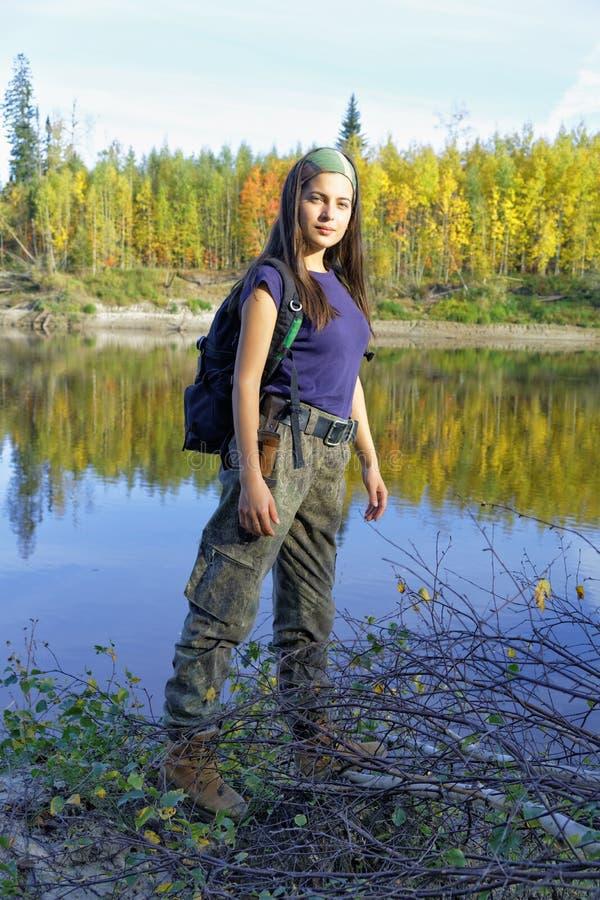 Podróż wzdłuż wybrzeża tajgi jesieni rzeka w Rosja obrazy royalty free