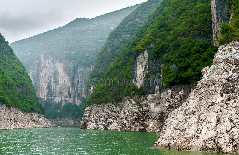 Download Podróż wzdłuż Yangtze obraz stock. Obraz złożonej z skała - 28950449
