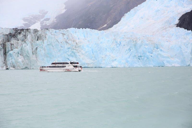 Podróżna łódź na jeziorze obok icebrgs w Argentina zdjęcie royalty free