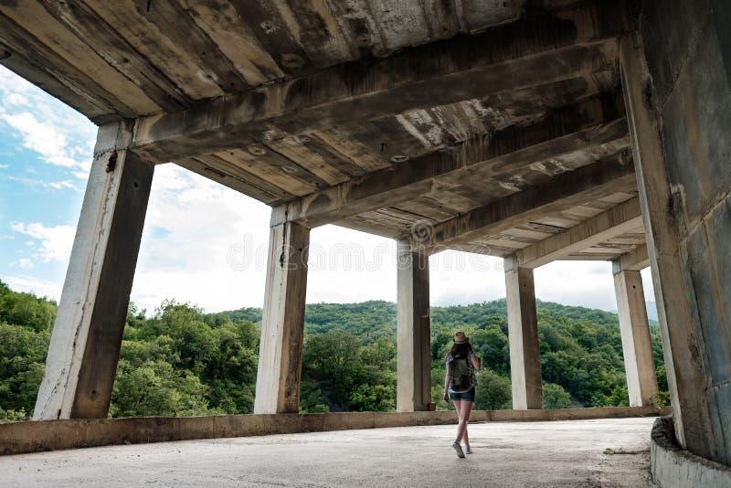 Podróżna dziewczyna w zaniechanym budynku obraz stock