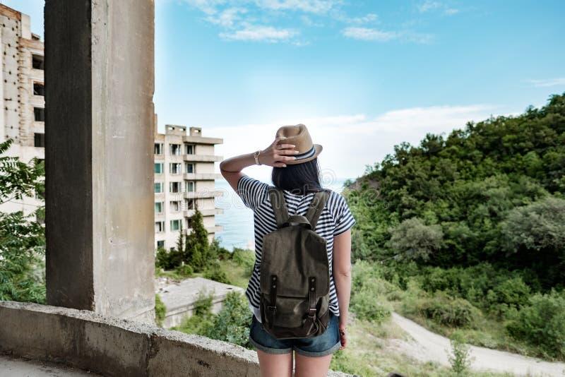 Podróżna dziewczyna w zaniechanym budynku obrazy royalty free