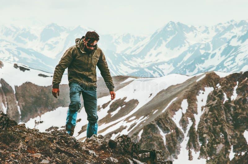 Podróżnego mężczyzna samotny wycieczkować w góra stylu życia przetrwania pojęciu fotografia royalty free