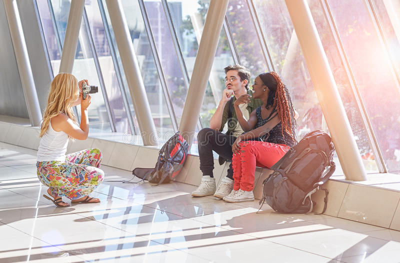Podróżni przyjaciele bierze fotografie each inny w lotnisku zdjęcie royalty free