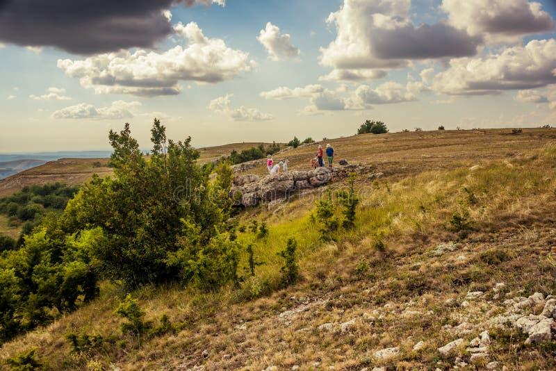 Podróżnicy na wzgórzu na chmurnym dniu obraz royalty free
