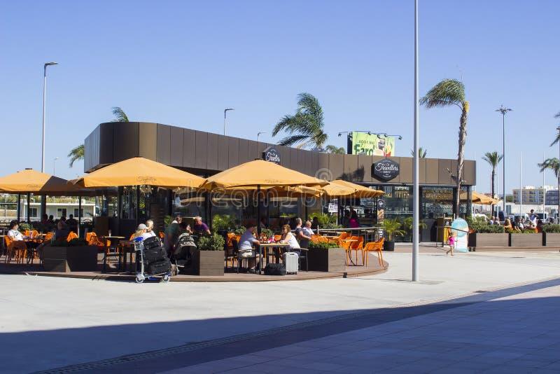 Podróżnicy Odpoczywają restaurację i sklep z kawą przy Faro lotniskiem zdjęcia stock