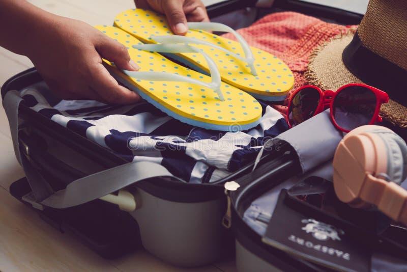 Podróżnicy pakują ich podróży torby, cajgi, koszula, paszport obrazy royalty free