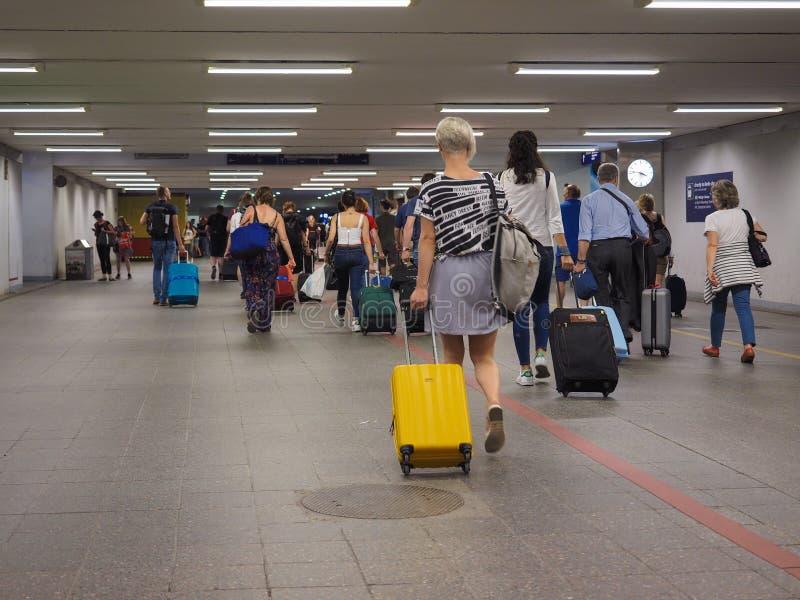 Podróżnicy przy Berlińskim Schoenefeld lotniskiem w Berlin obrazy royalty free