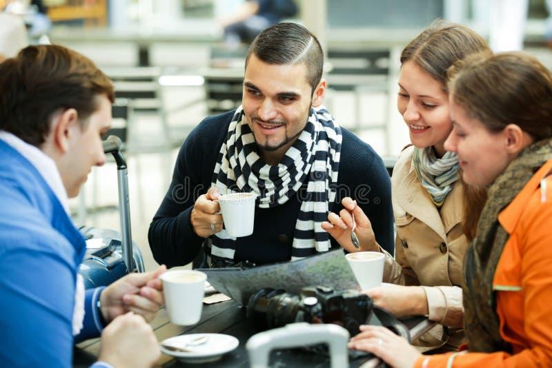 Podróżnicy siedzi z mapą w kawiarni zdjęcie stock