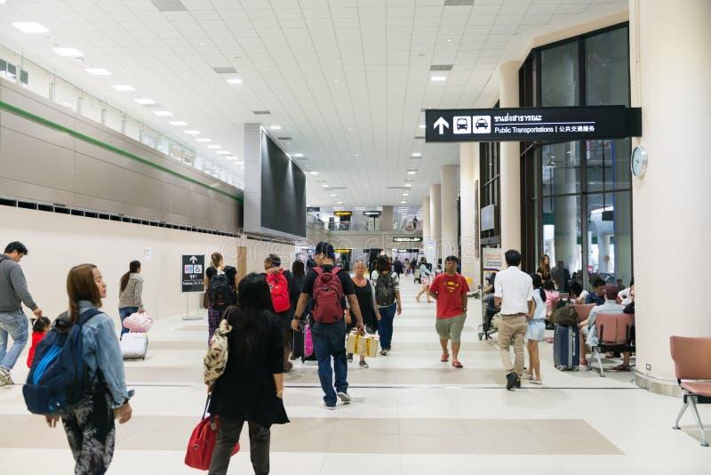 Podróżnicy spacerują przez głównego concourse pasażerski te zdjęcia stock