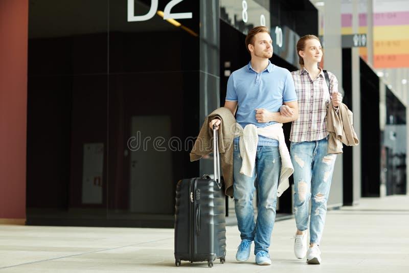 Podróżnicy w lotnisku obraz royalty free