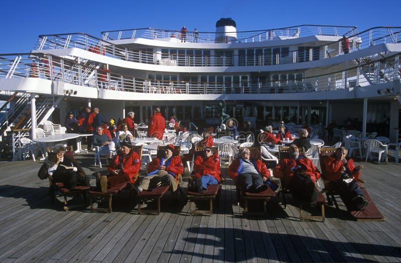 Podróżnicy w pokładów krzesłach na pokładzie statek wycieczkowy Marco Polo, Antarctica zdjęcia stock