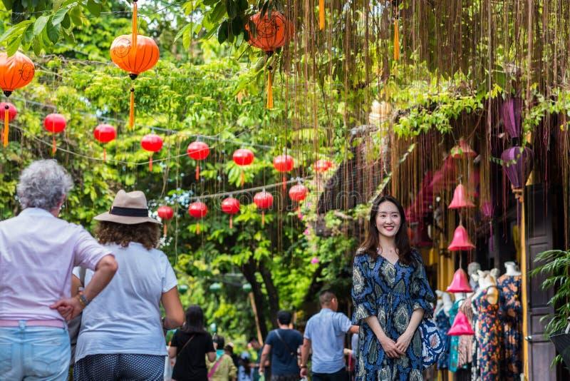 Podróżnicy w ulicie w Hoi, Wietnam obrazy royalty free