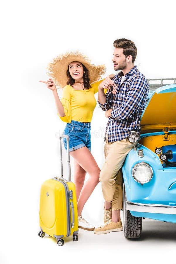 Podróżnicy z bagaż pozycją samochodem obrazy royalty free