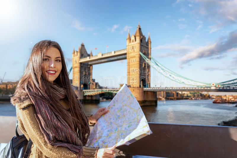 Podróżniczka w Londynie przed mostem wieżowym zdjęcia royalty free