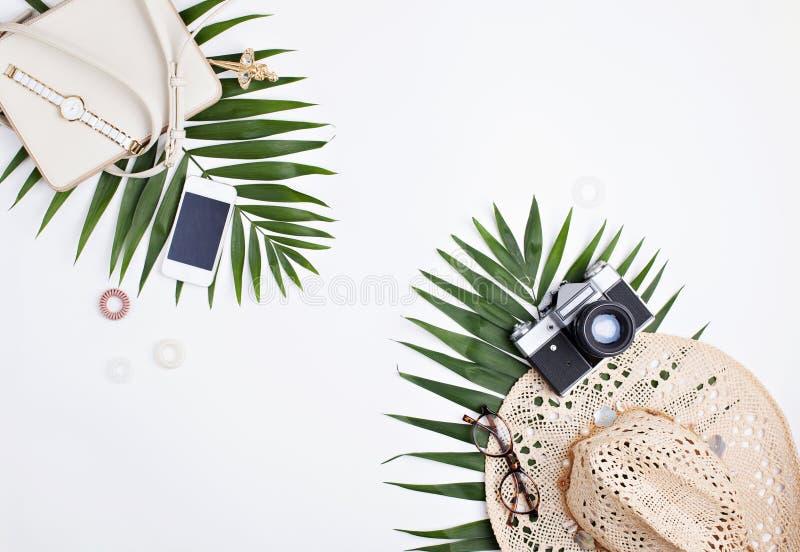 Podróżników kobiecy akcesoria i tropikalni palmowi liście obrazy royalty free
