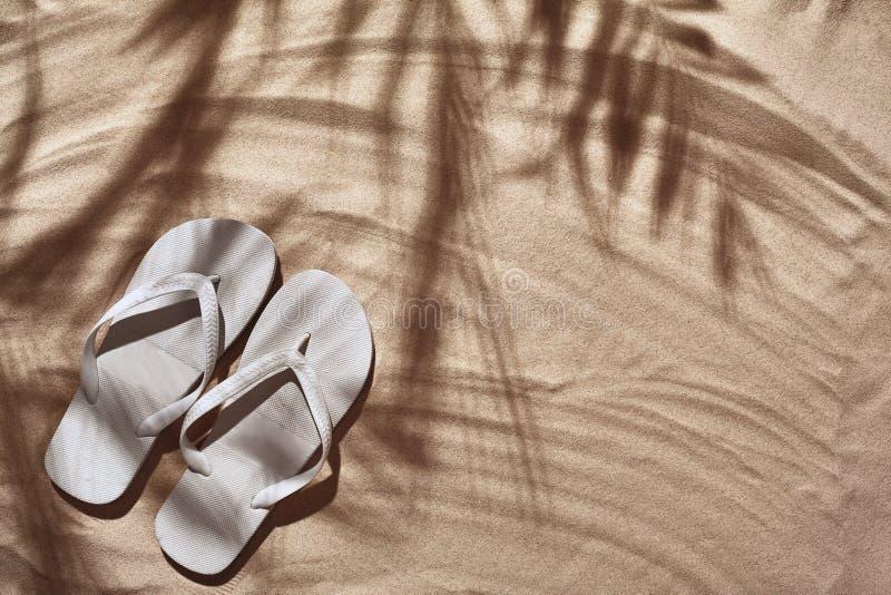 Podróżników urlopowi akcesoria rozkładają na białym plażowym piasku Mieszkanie nieatutowy, odg?rny widok zdjęcie stock