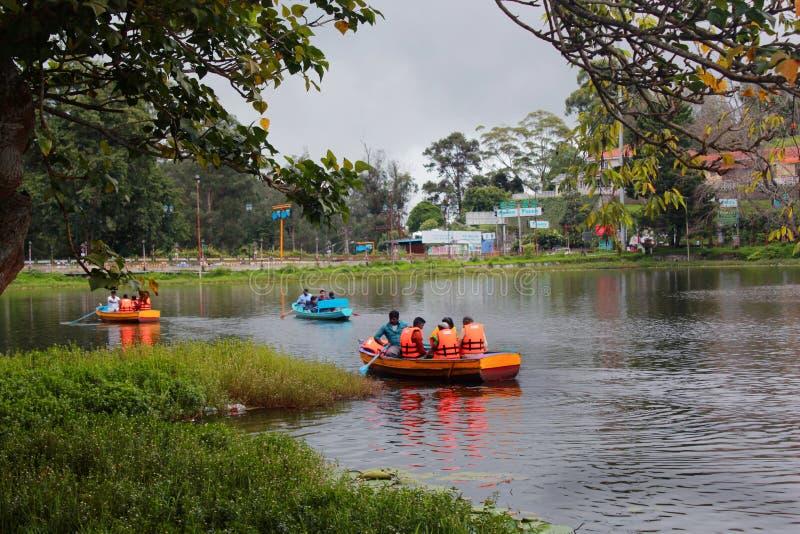 Podróżnik łódkowata jazda przy kodaikanal jeziorem blisko łódkowatego domu zdjęcia stock