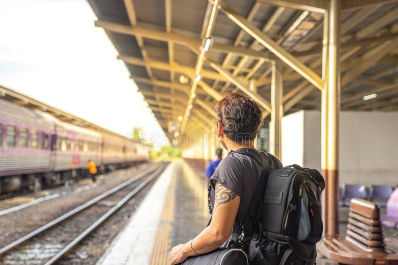 Podróżnik, backpacker mężczyzna w przypadkowych ubraniach i okulary przeciwsłoneczni dowcip, obrazy royalty free