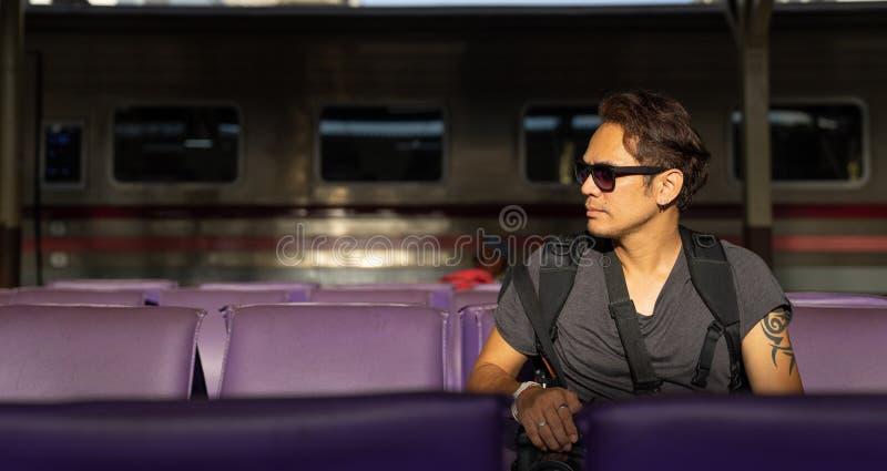 Podróżnik, backpacker mężczyzna w przypadkowych ubraniach i okulary przeciwsłoneczni dowcip, obrazy stock
