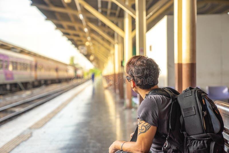 Podróżnik, backpacker mężczyzna w przypadkowych ubraniach i okulary przeciwsłoneczni dowcip, obraz royalty free