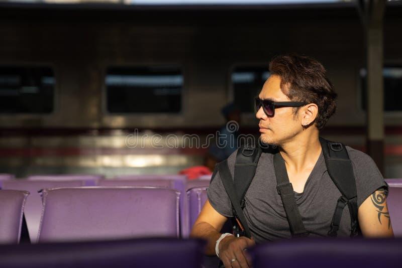 podróżnik, backpacker mężczyzna w przypadkowych ubraniach i okulary przeciwsłoneczni z kamerą, zdjęcia royalty free
