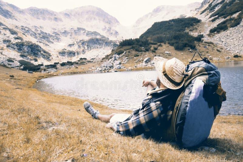 Podróżnik cieszy się widok i relaksuje przy halnym miejscem fotografia stock