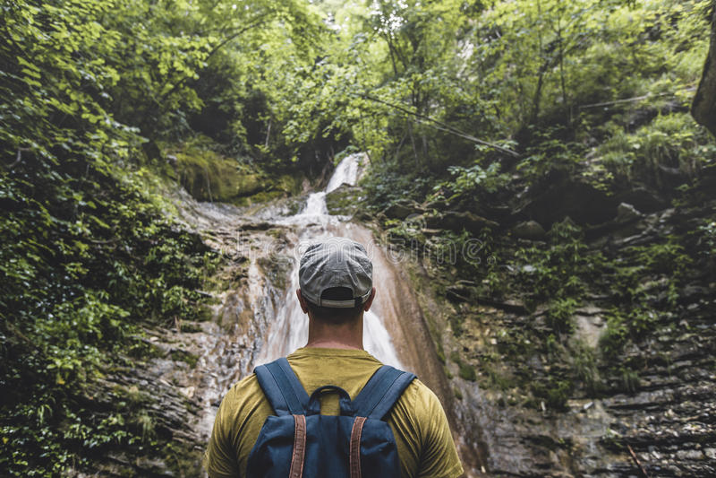 Podróżnik Dosięgał miejsce przeznaczenia I Cieszyć się widok siklawa I piękno Unspoilt natura Kontemplaci przygody pojęcie obraz royalty free