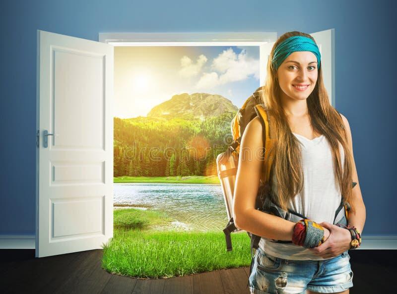 Podróżnik dziewczyna iść natur drzwi zdjęcia royalty free