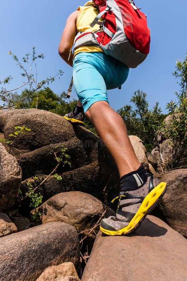 Podróżnik iść ciężki na skałach zdjęcia stock