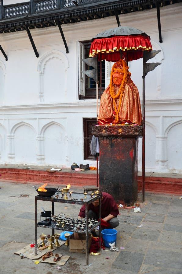Podróżnik i nepalese ludzie podróżujemy Hanuman statuę i modlimy się fotografia stock