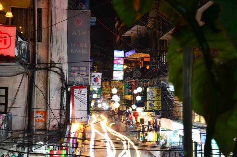 Podróżnik i Nepalscy ludzie na Ulicznym Thamel Wprowadzać na rynek fotografia stock