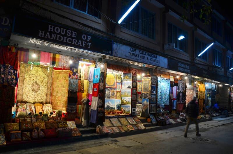 Podróżnik i Nepalscy ludzie na Ulicznym Thamel Wprowadzać na rynek zdjęcie royalty free