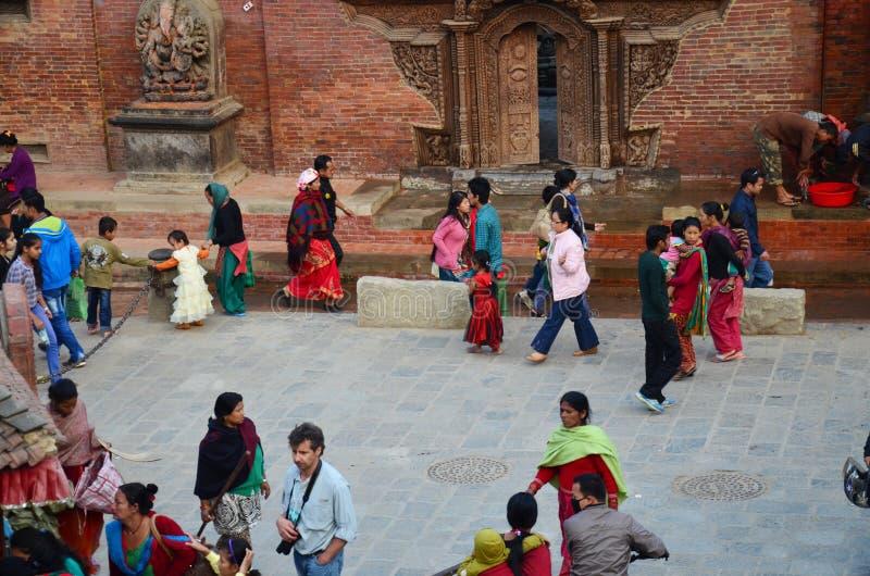 Podróżnik i Nepalscy ludzie przy Patan Durbar Obciosujemy zdjęcia stock