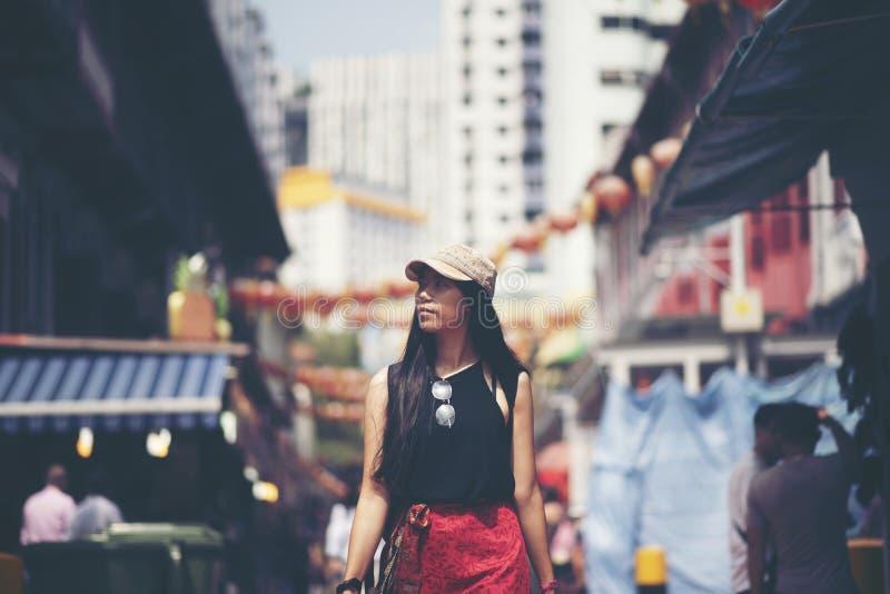 Podróżnik kobiet backpacker odprowadzenie w Porcelanowym miasteczku, Singapur fotografia royalty free