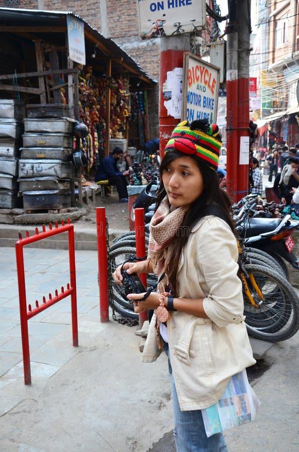 Podróżnik kobiet tajlandzcy ludzie chodzi spojrzenie budynek i życie Nepalese obraz stock