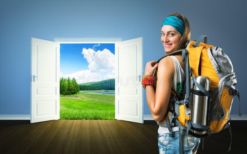 Podróżnik kobieta iść natur drzwi obraz stock