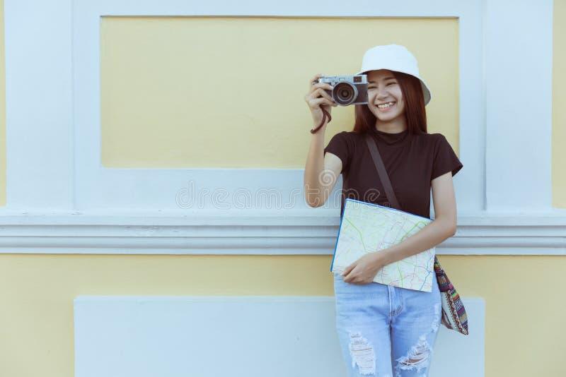 Podróżnik kobieta na rocznik mody mienia kamerze i mapa dla podróżnego pojęcia tła obraz stock