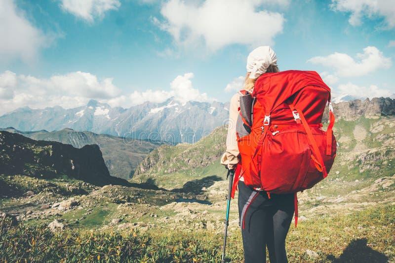 Podróżnik kobieta wycieczkuje wakacje przy górami zdjęcie royalty free