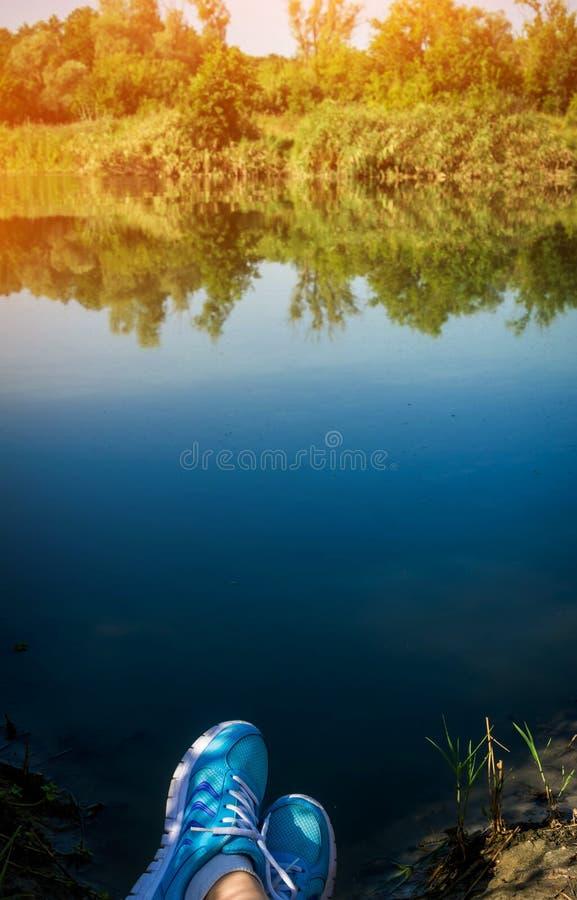 Podróżnik ma odpoczynek na banku jezioro zdjęcie royalty free