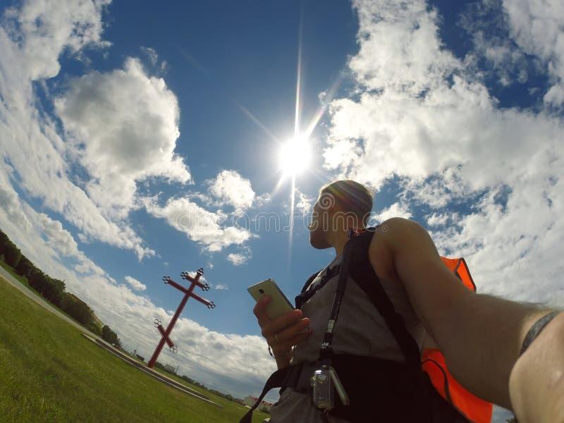 Podróżnik patrzeje dla ścieżki nawigacja app, zdjęcia stock