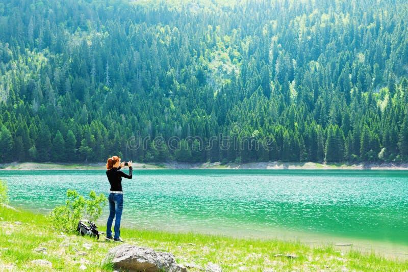 Podróżnik przy jeziorem obrazy royalty free