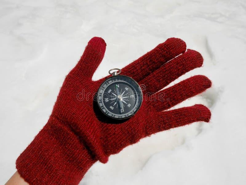 Podróżnik ręki mienia kompas obraz stock