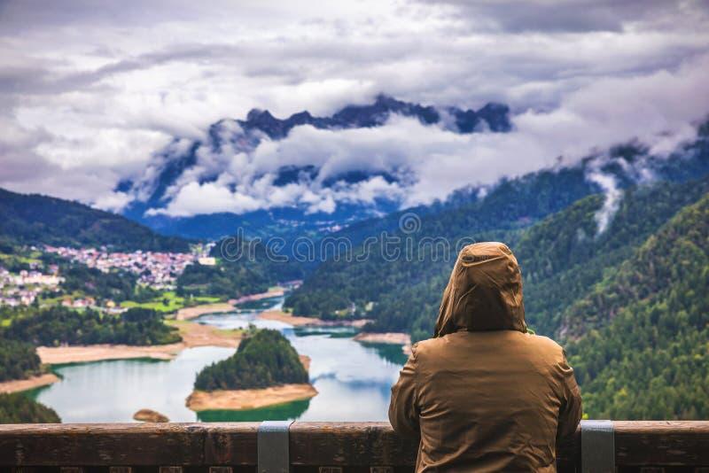 Podróżnik relaksująca medytacja z spokojnymi widok górami, jeziorem i zdjęcia stock