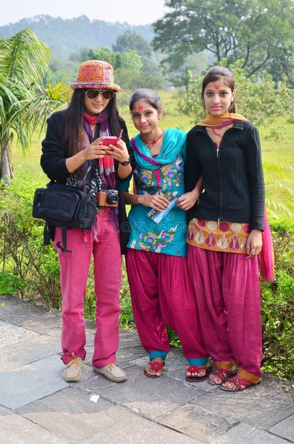 Podróżnik Tajlandzkie kobiety biorą fotografię z nepalese dziewczyną zdjęcia royalty free